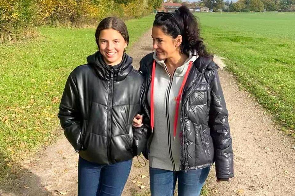 Na hier fällt der Apfel wirklich nicht weit vom Stamm. Lucia sieht ihrer Mama Mariella Ahrens nicht nur zum Verwechseln ähnlich, die beiden scheinen auch in Sachen Mode den gleichen Geschmack zu haben. In dunkler Jeans, schwarzer Daunenjacke und Boots sind die beiden Ladys für das Wochenende auf dem Land gerüstet.