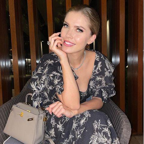 Aktuell urlaubt Moderatorin Victoria Swarovski auf der Trauminsel Mauritius. Klar, dass auch ihre Garderobe dazu passen muss. Erst am Samstag postet die dieses Foto in einem schwarzen Kleid mit Palmen-Prints. Dazu passend kombiniert sie eine kleine Mini Birkin Bag von Hermès.
