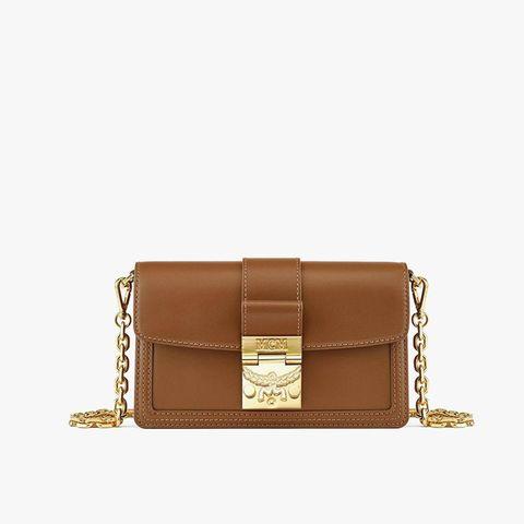 Zeitlos, modern und lässig zugleich ist die Umhängetasche ''Gretl'' von MCM. Die Tasche im klassischen Designbesteht aus geprägtem spanischenLeder, verfügt über einen abnehmbaren Kettenriemen und hat einen goldenen Verschluss mit Lorbeer-Motiv. Ein eleganter Allrounder, der sich zu wirklich jedem Outfit kombinieren lässt.Von MCM, ca. 735 Euro.