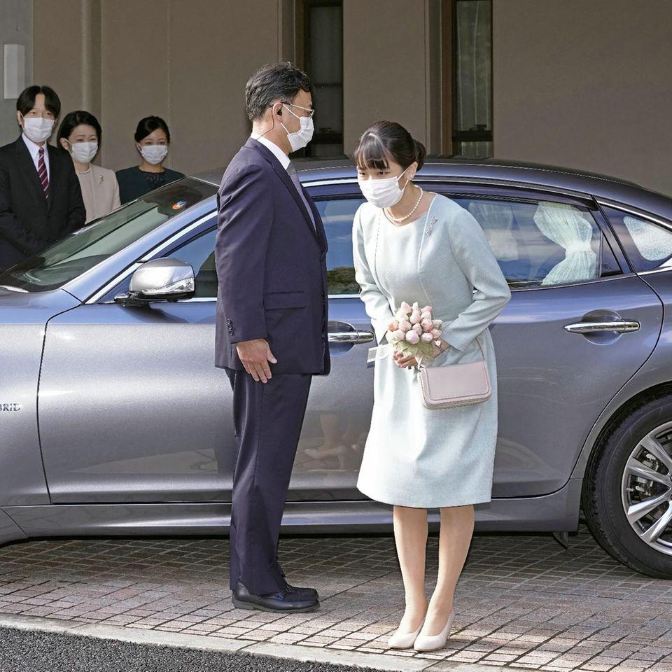 Japans Prinzessin Mako verbeugt sich, bevor sie vor ihrer Hochzeit ihr Haus im Akasaka Estate in Tokio am 26. Oktober 2021 verlässt.