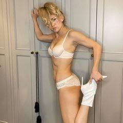 Kate Hudson posiert in Untersäche für ein Foto.