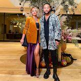 Chrissy Teigen und John Legend posieren für ein Foto.