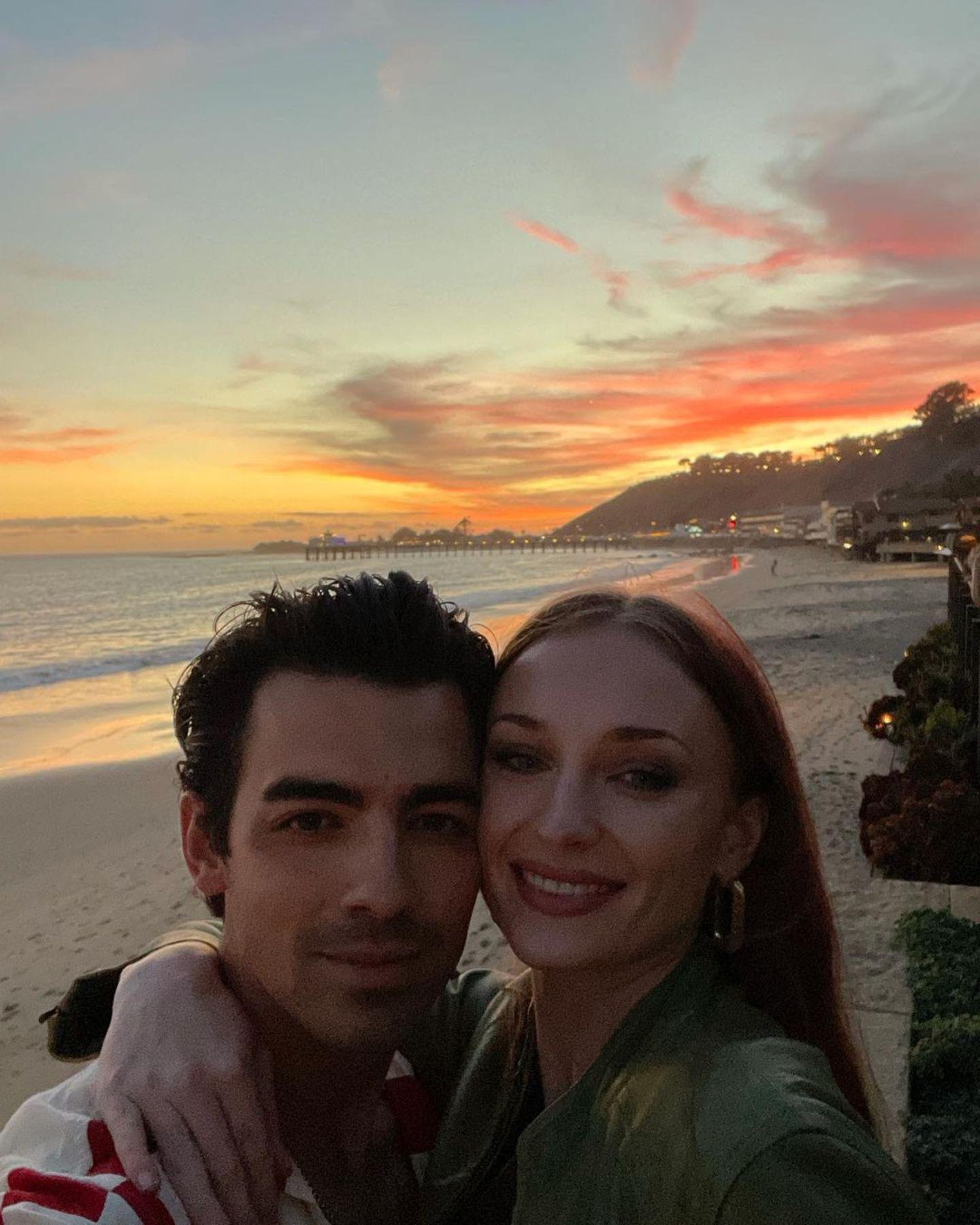 Ganz zur Freude seiner Fans postet Joe Jonas endlich mal wieder ein romantisches Selfie mit seiner Liebsten am Strand. Sophie Turner umarmt Joe vor einem wunderschönen rosa-roten Sonnenuntergang und lächelt glücklich in die Kamera. Den traumhaften Strand scheinen die beiden an diesem Abend ganz für sich allein zu haben, herrlich.