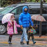 Stars im Regen: Mila Kunis mit ihren Kindern