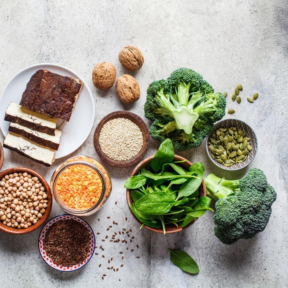 Diese 8 Lebensmittel können die Hormone regulieren: Brokkoli, Walnüsse, Tofu, Leinsamen, Spinat.