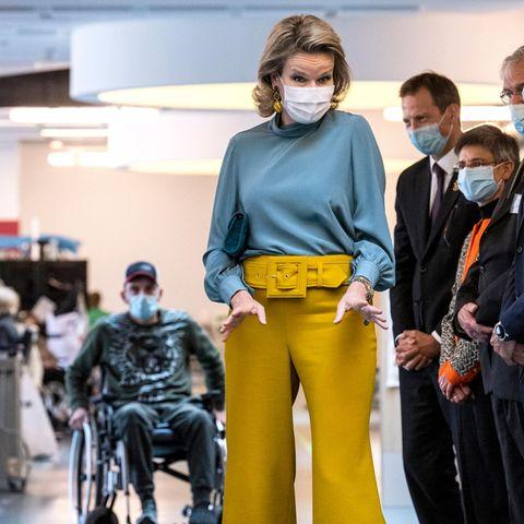 Königin Mathilde in blau-gelb