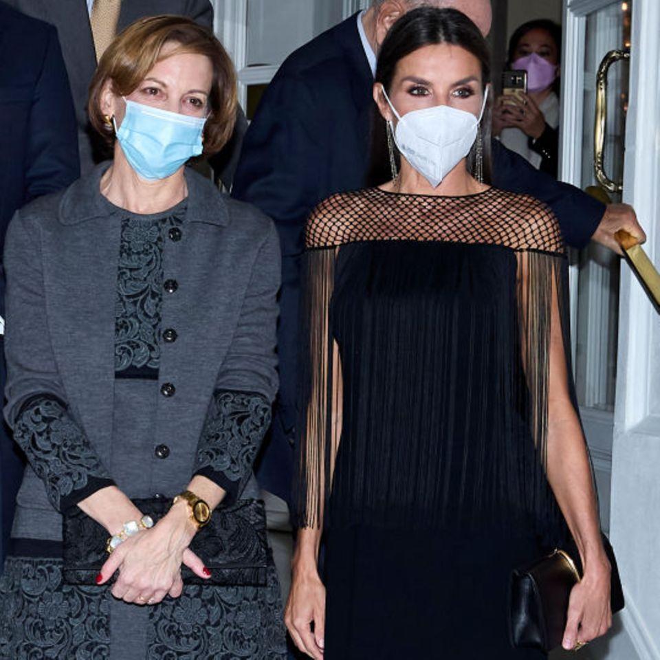 Königin Letizia zeigt sichbeimJournalismuspreisin Madrid in einem schwarzen Midi-Kleid von Boss. Besonderer Blickfang sind dabei die handgefertigten Makramee-Details an den Schultern. Deswegen erinnern wir uns auch noch genau daran, dass erst vor wenigen Monaten eine andere Stilikone dieses Kleid trug...