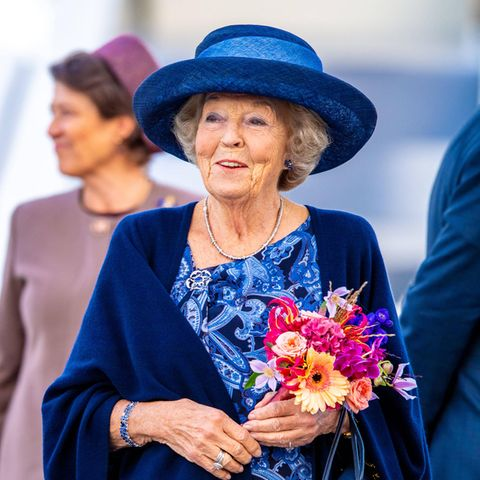 Royaler Terminkalender: Prinzessin Beatrix der Niederlande mit Blumen
