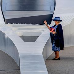 Royaler Terminkalender: Prinzessin Beatrix der Niederlande auf Brücke