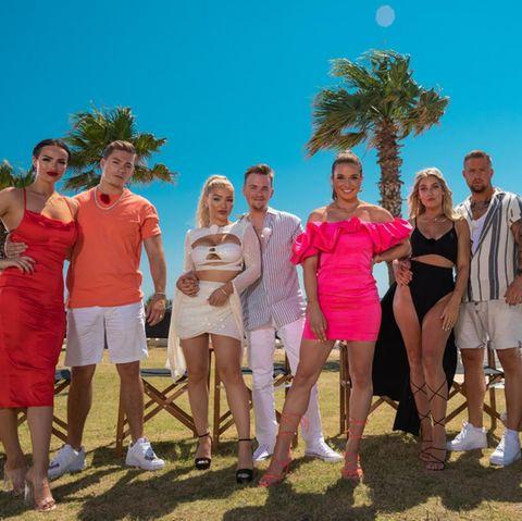 """Die Promi-Paare der zweiten Staffel """"Temptation Island VIP"""" mit Moderatorin Lola Weippert (ab November aufTVNOW)"""