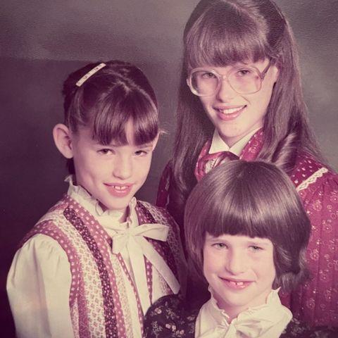 Dieses herrliche Jugendfoto von Jennifer Garnerund ihren Schwestern sorgt für viel Diskussionspotenzial in der Familie. Neben leicht abstehenden Ohren und gewöhnungsbedürftigen Frisuren, wie Jennifer das Bild kommentiert,überwiegt jedoch die Liebe zu ihren Schwestern und eineschöne Erinnerung an ihre gemeinsame Kindheit.